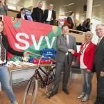 Overdracht van de fiets die werd gewonnen bij SVV